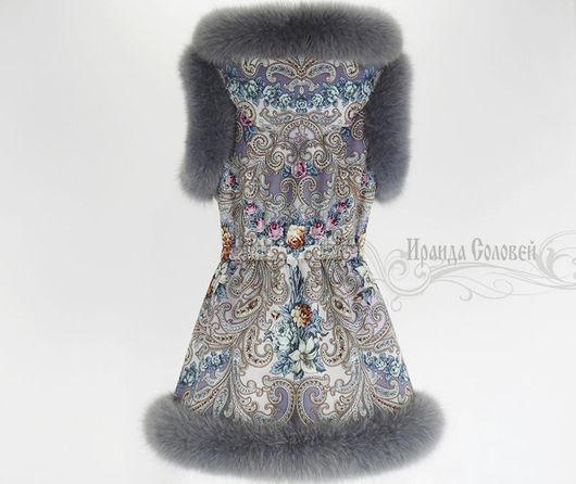Авторский удлиненный жилет с капюшоном из шерстяного павловопосадского платка `Тайна сердца-8` с натуральным мехом финского песца серого цвета