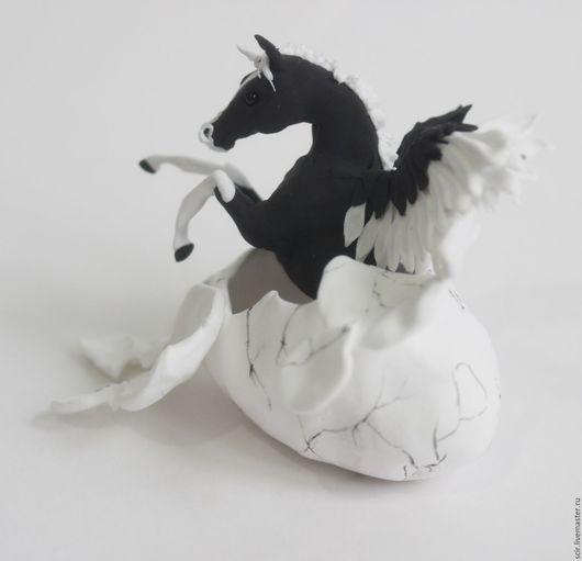 """Сказочные персонажи ручной работы. Ярмарка Мастеров - ручная работа. Купить фигурка маленькая """"Черно-белый пегасик вылупляется из яйца"""" (в яйце). Handmade."""