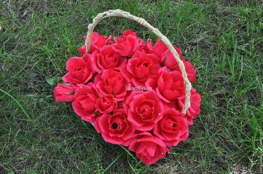 Шикарная корзина с 19 конфетными розами