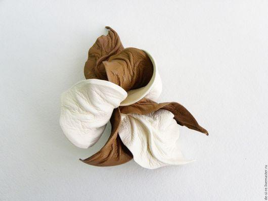 Заколка-автомат  для волос из кожи `Крем-Брюле` крем беж .  Удобная и надежная заколка автомат для волос. Оригинальный объёмный авторский цветок для волос, прически.  Романтическое украшение. Подарок.