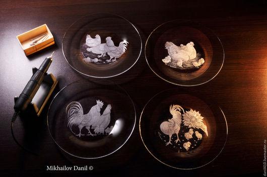 Тарелки ручной работы. Ярмарка Мастеров - ручная работа. Купить Лучший подарок стеклянная тарелка  гравировкой, куры. Handmade. Курица