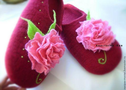 """Обувь ручной работы. Ярмарка Мастеров - ручная работа. Купить Валяные тапочки """"Розовые пионы"""". Handmade. Бордовый, домашние тапочки"""