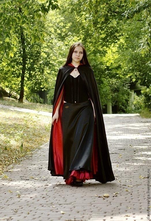 Длинный плащ. Ткань креп-сатин, черного и красного цвета. .Двухсторонний. С капюшоном. Без рукавов. Покрой полусолнце. Длина 130-135см.