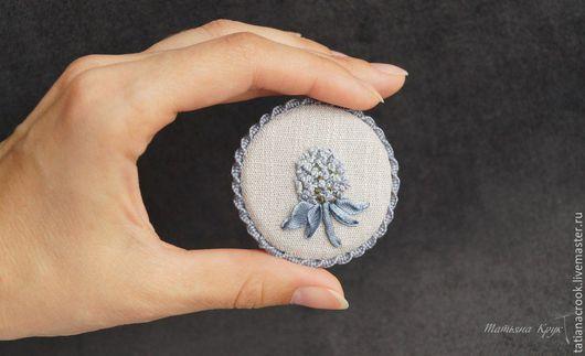 Текстильная брошь с вышивкой
