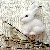 Куклы и игрушки ручной работы. Ярмарка Мастеров - ручная работа Брошь Зайка – Побегайка зайчик валяный из шерсти / заяц войлочный. Handmade.
