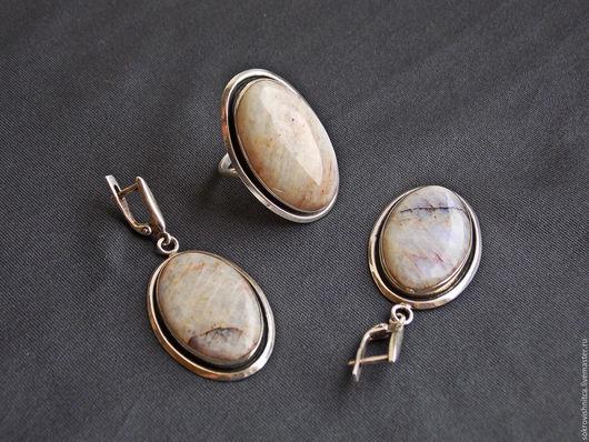 Кольцо и серьг в серебре с беломоритом `Лунная симфония`.