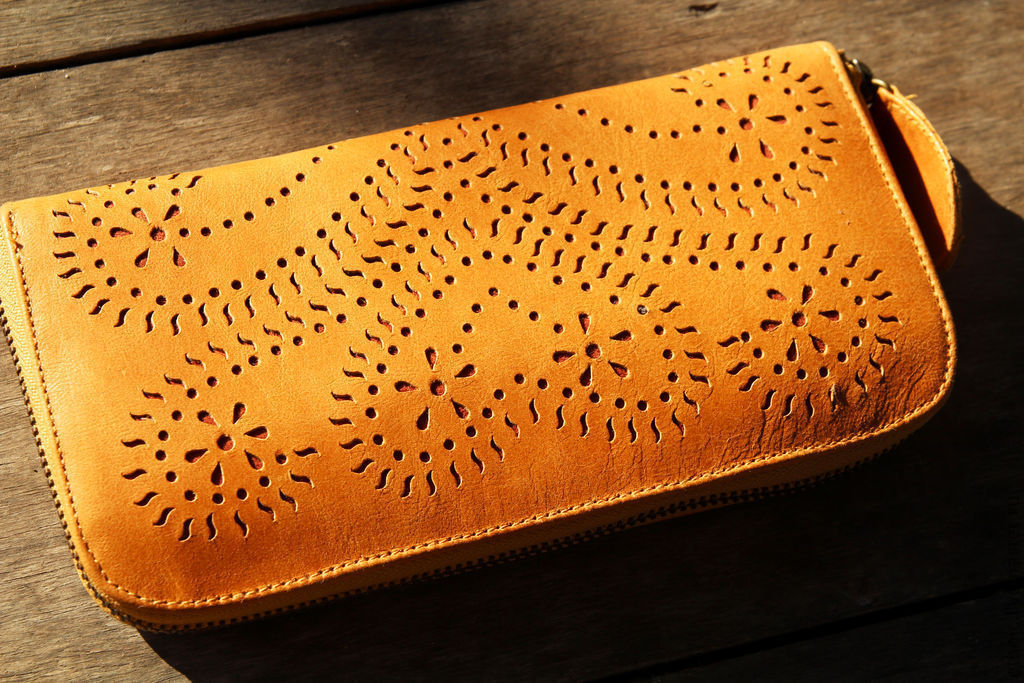 3fee9b13be76 Кошелек кожаный с выбитым узором – купить в интернет-магазине на ...