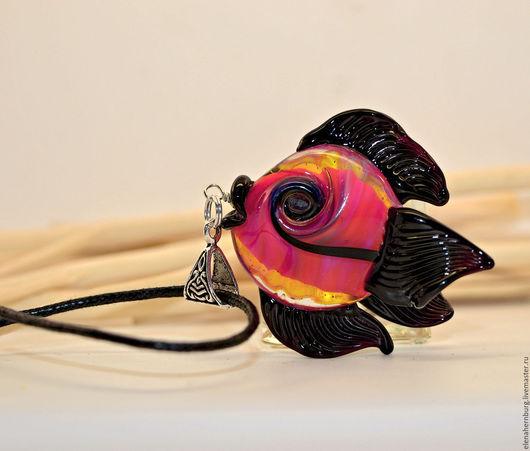 """Кулоны, подвески ручной работы. Ярмарка Мастеров - ручная работа. Купить Кулон """"Розовая рыбка"""". Лэмпворк. Handmade. Лэмпворк, океан"""