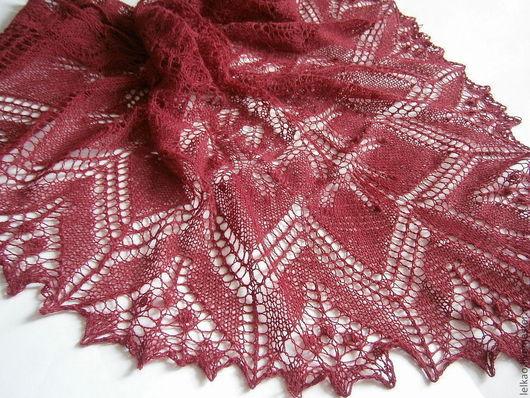 Шаль ажурная бордовая вязаная спицами паутинка  шаль вязаная, бордовый, шаль ажурная, осенние краски, бордо, винный цвет,  аксессуар, подарок женщине
