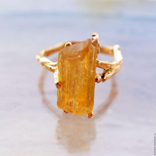 Кольцо с натуральным топазом в форме кристалла