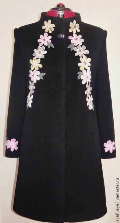 Верхняя одежда ручной работы. Яркие меховые цветочные аппликации на чёрном фоне пальто добавили этой модели нотку  эпатажа,  лишив его привычной серьёзности.