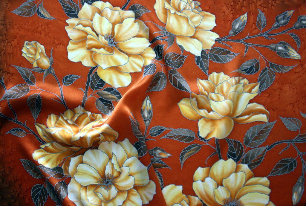 Платок батик `Кремовые розы` (фрагмент росписи)