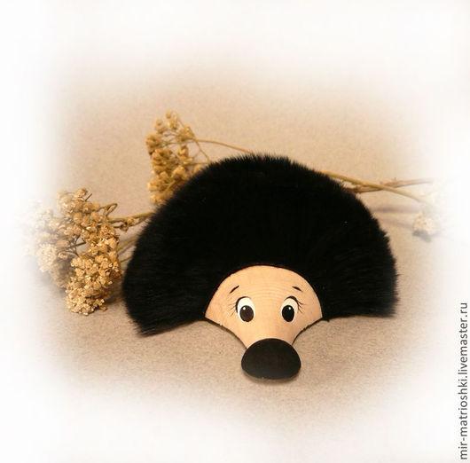 прикольный `Ёжик`  меховой на магните (рекс - мех зайца)  Ёжик внешне слабый и беззащитный, но это только внешнее впечатление… Маленький зверёк имеет отличное средство защиты от внешних опасностей.