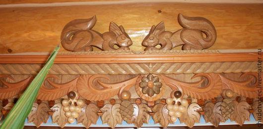 Резной деревянный карниз для окон `Золотая осень`, со скульптурами белочек. Купить настенный карниз.