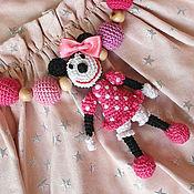 Куклы и игрушки ручной работы. Ярмарка Мастеров - ручная работа Можжевеловые бусы с Минни Маус для маленькой модницы. Handmade.