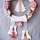 Необычный новогодний интерьерный венок на дверь  в спортивном стиле. Рождество в красном. Дети-лыжники, елочка, варежки, санки, коньки.