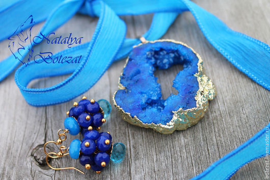 Комплект из синего кулона друзы агата и серег аква-кварца.  Женская подвеска кулон колье на ленте из натуральных камней. Подвеска кулон колье для женщины девушки. Купить подарок украшение для женщин