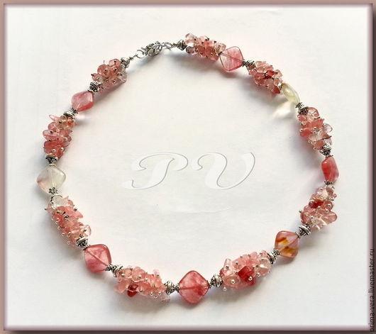 В композиции использованы ромбовидные бусины и сколы розового турмалина