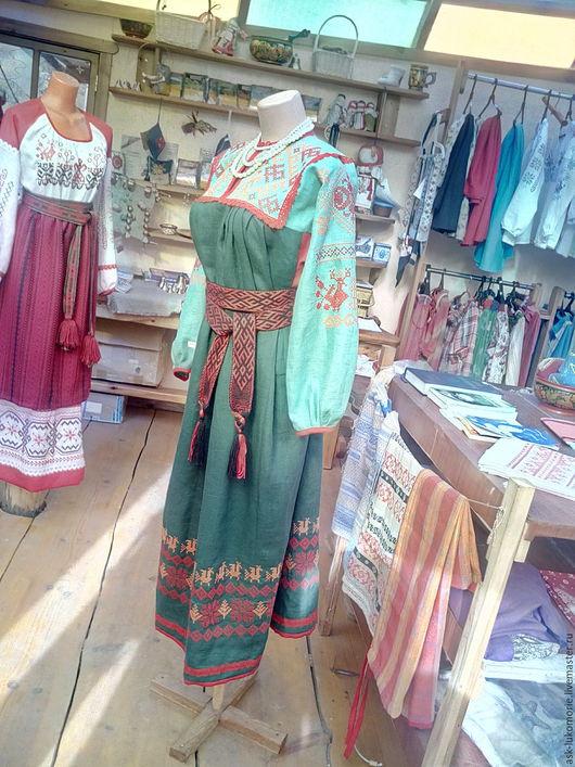Зеленое платье. Можно носить с поясом, с паневой, или просто. Отделка кружевом, рукав 7/8. Все окантовки - отделка красным льном.