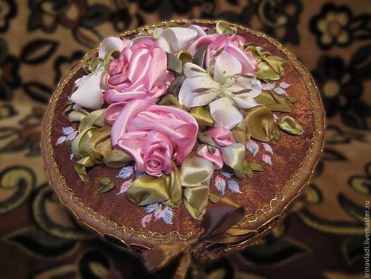 шкатулка для рукоделия, вышивка лентами, вышитые розы и лилии, розовые розы, украшение интерьера, декор интерьера, подарок женщине,девушке, шкатулка для хранения, эксклюзивный подарок