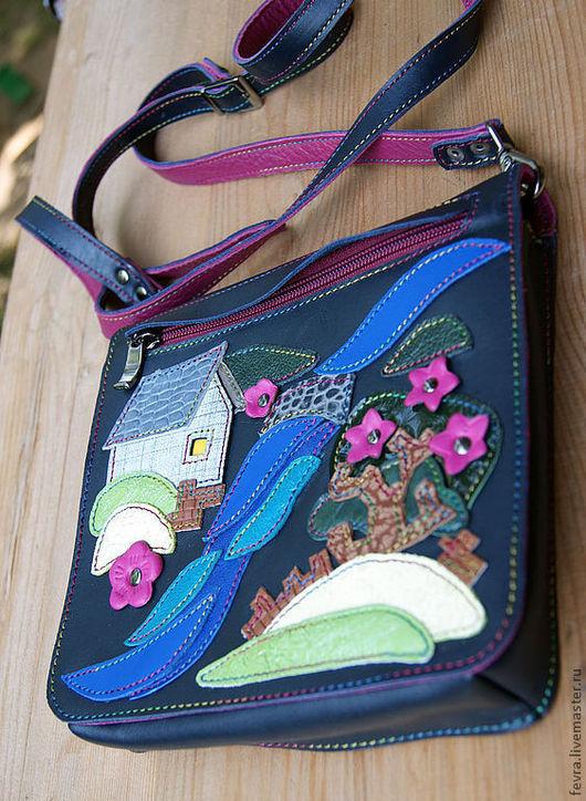 На клапане сумочки аппликация, и в нем расположен карман. Оборотная сторона клапана такая же как внутренняя сторона ручки - малиновая.