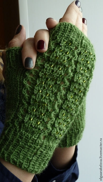 Ажурные зеленые женские митенки с бисером