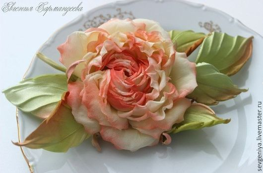 """Броши ручной работы. Ярмарка Мастеров - ручная работа. Купить Веточка розы """"Иулитта"""", брошь, выполнена из натурального шелка. Handmade."""