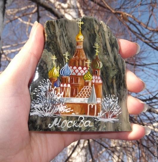 На магните изображён Собор Василия блаженного в Москве на Красной площади. Одна из главных достопримечательностей Москвы и России.