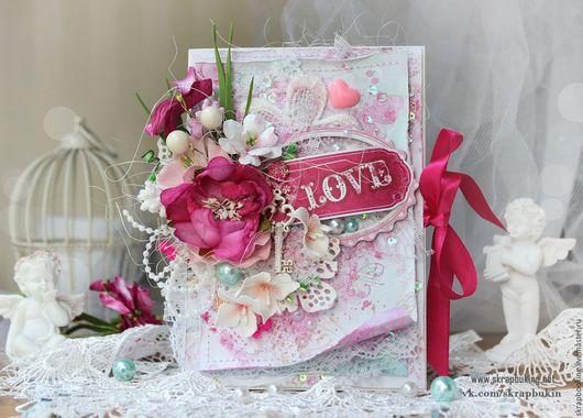Открытка для влюбленных  Открытка про любовь, с сочными, чувственными элементами в декоре. Украшена кружевом, жемчужными бусинами и стразами, фабричными цветами и цветами ручной работы в исполнении