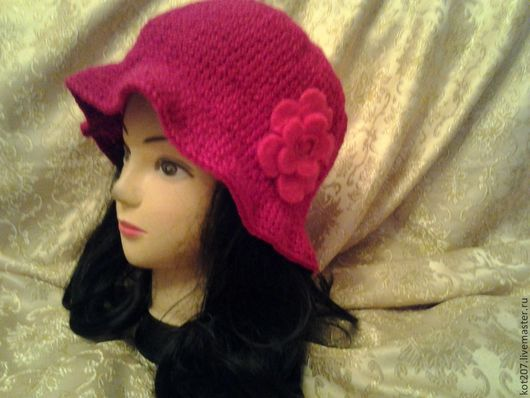 Шляпка женская, вязаная, красная.