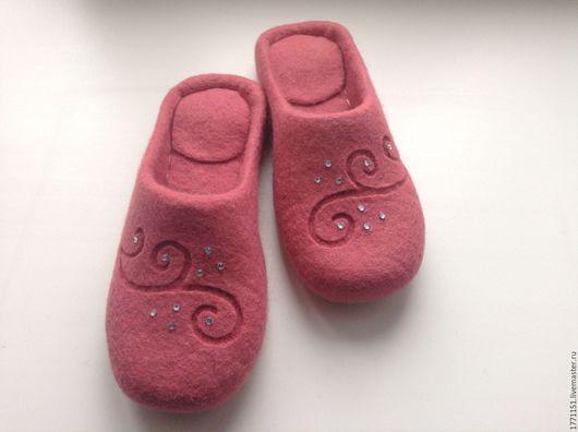 Тапочки сваляны ручным способом без применения ВШМ из 100% новозеландской высококачественной шерсти. Подошва подшита микропористой резиной.