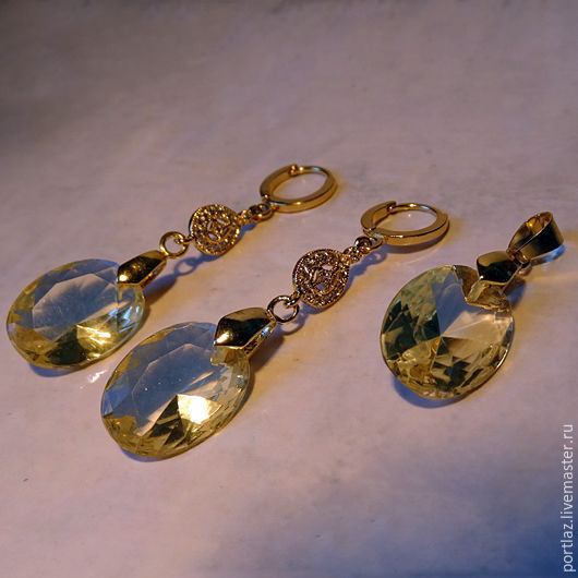 Комплект ручной работы из серег и кулона с крупными кристаллом под цитрин и фианитами позолочен желтым золотом.