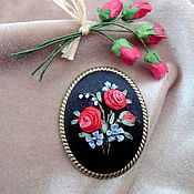 Брошь с вышивкой Пусть розы будут в декабре