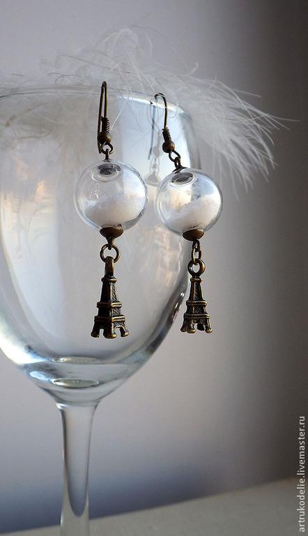 Серьги Зимний Париж. Стеклянные снежные шарики и подвеска Эйфелева башня. Длина серег 6 см, диаметр стеклянного шара 1,5 см. Цвет фурнитуры серебряный.