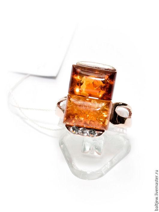 Серебряное кольцо с янтарем `Комбинация`. Серебро 925 пробы, позолота. Ручная работа мастера-ювелира.  Балтийский янтарь коньячного цвета.