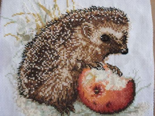 """Животные ручной работы. Ярмарка Мастеров - ручная работа. Купить """"Ёж  с яблоком"""". Handmade. Вышивка крестом, Картины и панно"""