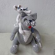 Куклы и игрушки ручной работы. Ярмарка Мастеров - ручная работа Вязаная композиция: толстый серый кот и белый мышонок. Handmade.