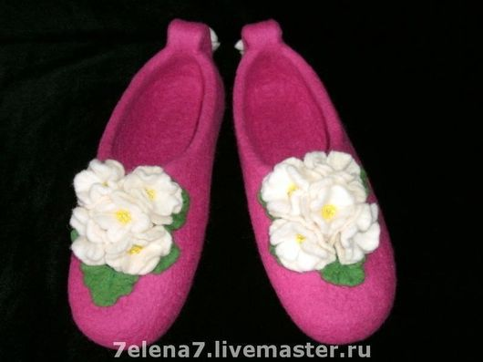 """Обувь ручной работы. Ярмарка Мастеров - ручная работа. Купить Тапочки """"Белые фиалки"""". Handmade. Домашние тапочки, ручная работа"""