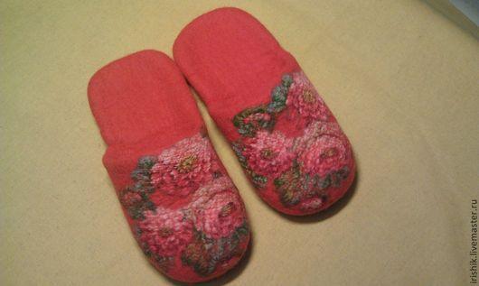 """Обувь ручной работы. Ярмарка Мастеров - ручная работа. Купить Тапочки женские домашние """" Цветы цинии"""". Handmade. Коралловый"""