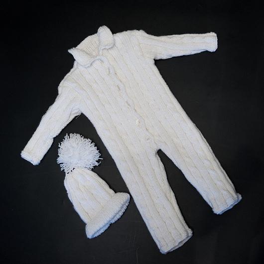 Уютный и комфортный вязаный в ручную комбинезон для малышей. Комбинезон позволяет малышу всегда выглядеть очень аккуратно и не сковывает движений.