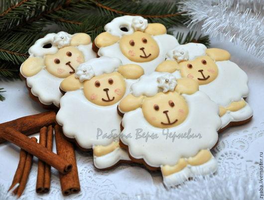 Кулинарные сувениры ручной работы. Ярмарка Мастеров - ручная работа. Купить Пряничная новогодняя овечка с цветочком 8,5 см - символ года 2015. Handmade.