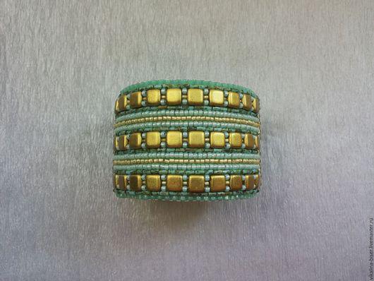 золотой, золотой браслет, мятный браслет, вышитый бисером браслет, браслет со стеклярусом, браслет с квадратами, зеленый браслет, широкий браслет, браслет из бисера, браслет в полоску.