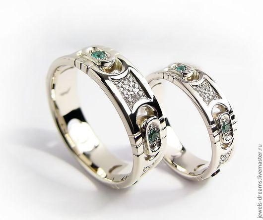 Обручальное кольцо из белого золота с изумрудами и бриллиантами