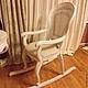 Кресло - качалка из натурального ореха  и ротанга, отражает старый мир гламура и европейского дизайна. Мягкое сиденье, ручная резьба, элегантные линии, благородный орех и ротанг придают креслу шарм и