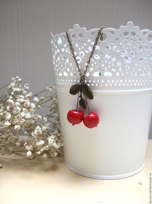 """Кулоны, подвески ручной работы. Ярмарка Мастеров - ручная работа. Купить Винтажный Кулон на цепочке """"Зимняя Вишня"""" Красные ягоды Белый Снег. Handmade."""