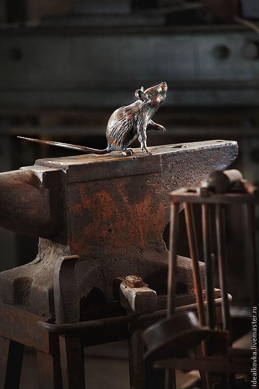 Эта красавица является частью композиции Дровница, но может жить и вполне самостоятельной жизнью. Крыска, которая позировала, была чуть больше ладошки... кузнеца)))\r\n17000руб.\r\nфото: Анатолий Криницкий