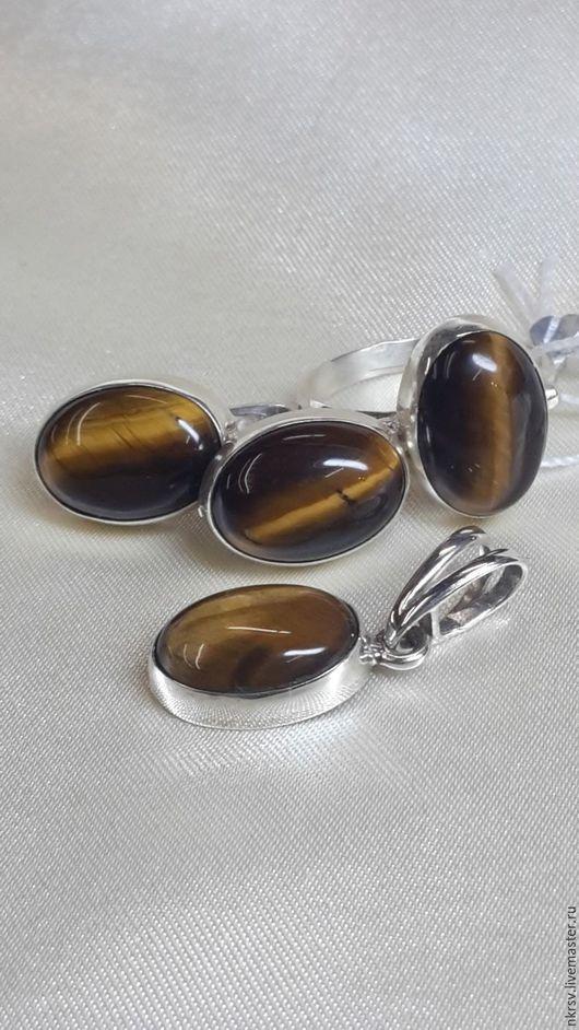 Комплект украшений из натурального тигрового глаза в серебре.