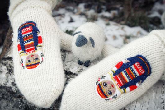 Белые   шерстяные варежки  ручной работы   матрешки  варежки с матрешкой   подарок для женщины подарок девушке подарок на новый год варежки женские  сухое валяние. WW
