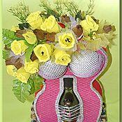 Бутылка в фигуре женщины с конфетами в розах