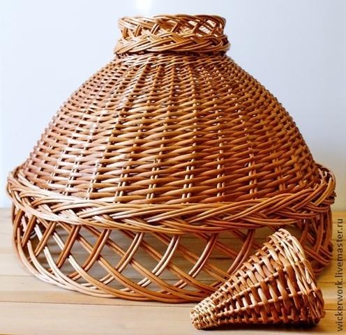 Абажур плетеный из ивовой лозы с ажуром вверху и внизу и косичкой над нижним ажуром.